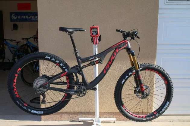 Pivot Switchblade w/ 27.5 plus tires