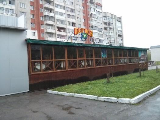 Літній майданчик кафе «Тераса» з вікнами і батареями