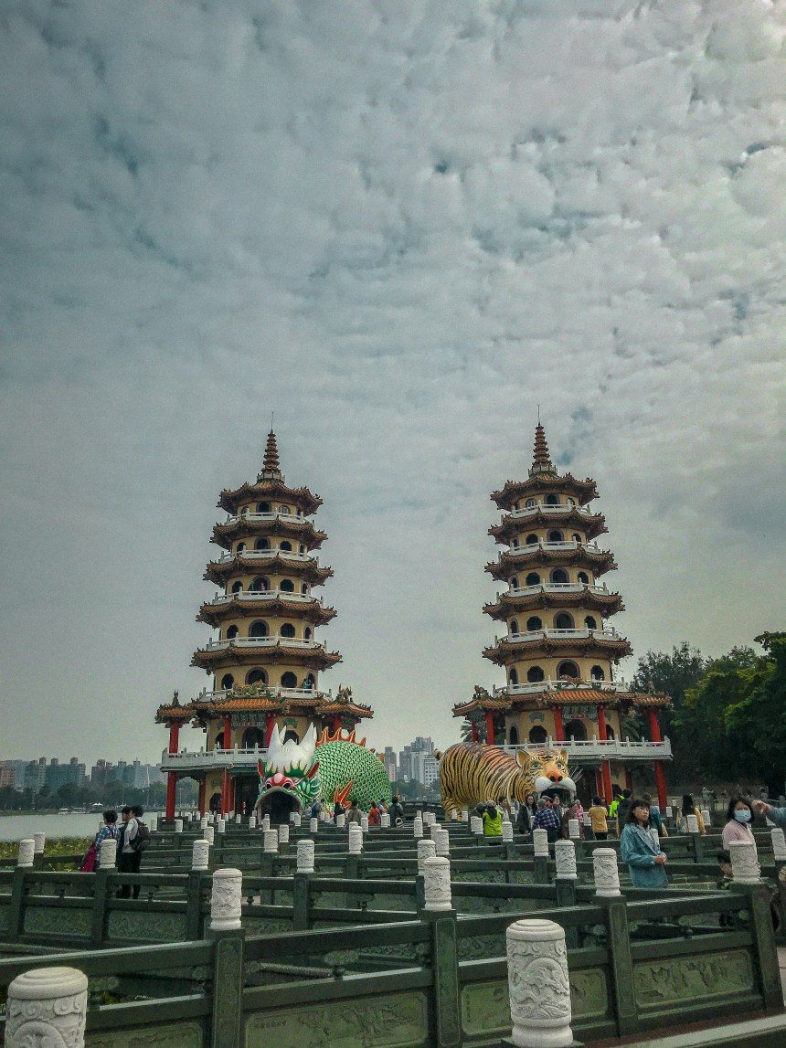 Dragon and Tiger Pagodas at Lotus Pond 龍虎塔,蓮池潭 one day trip fun southern Taiwan