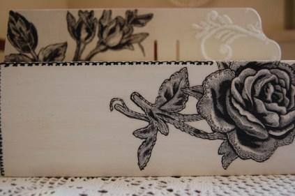 chustecznik z czarną różą