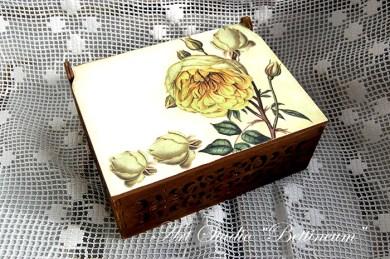 Szkatułka ażurowa z różą