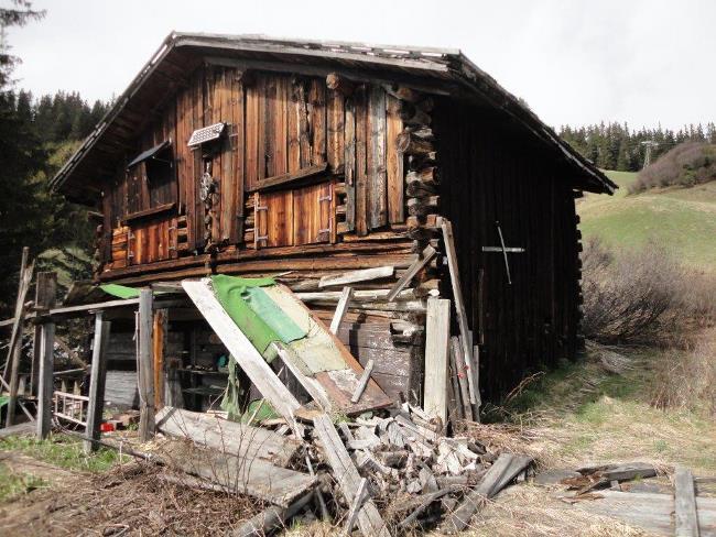 https://i1.wp.com/betweennapsontheporch.net/wp-content/uploads/2015/03/Ski-Cabin-in-Switzerland-Before-Renovation-3.jpg