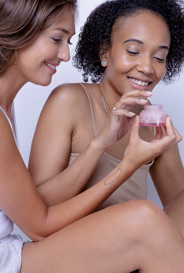 Deux femmes essayant la crème de jour personnalisée
