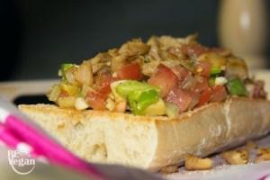 recette déjeuner vegab ciabatta aux tomates, avocat et morceaux de poulet vegan