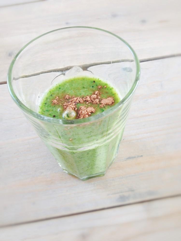 vegan groene smoothie met kiwi en spinazie