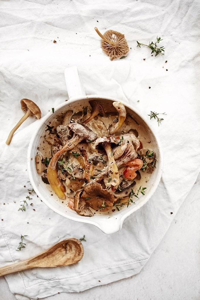 recette végétalienne champignons mélangés à une sauce au xérès crémeuse