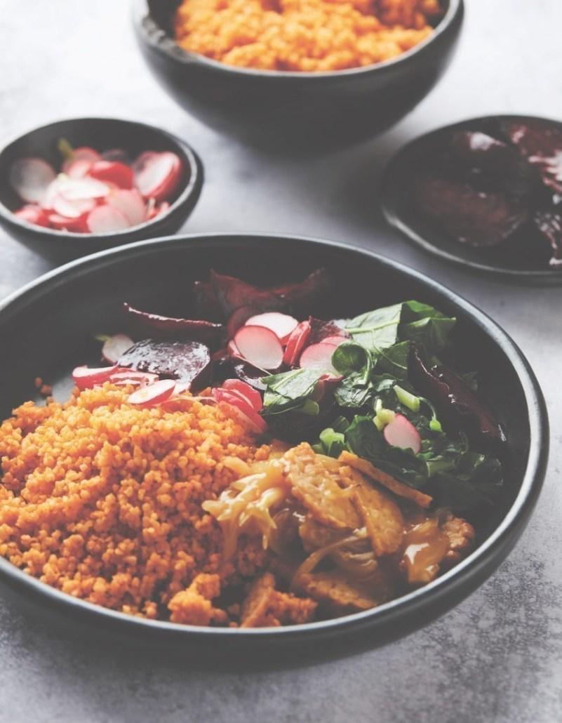 Tempeh à l'orange avec boulgour, radis, betteraves au four et un wok de vert