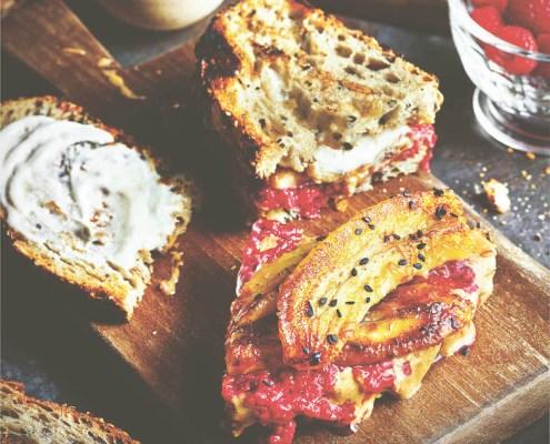 recette végétalienne toast au beurre d'arachide et banane caramélisée