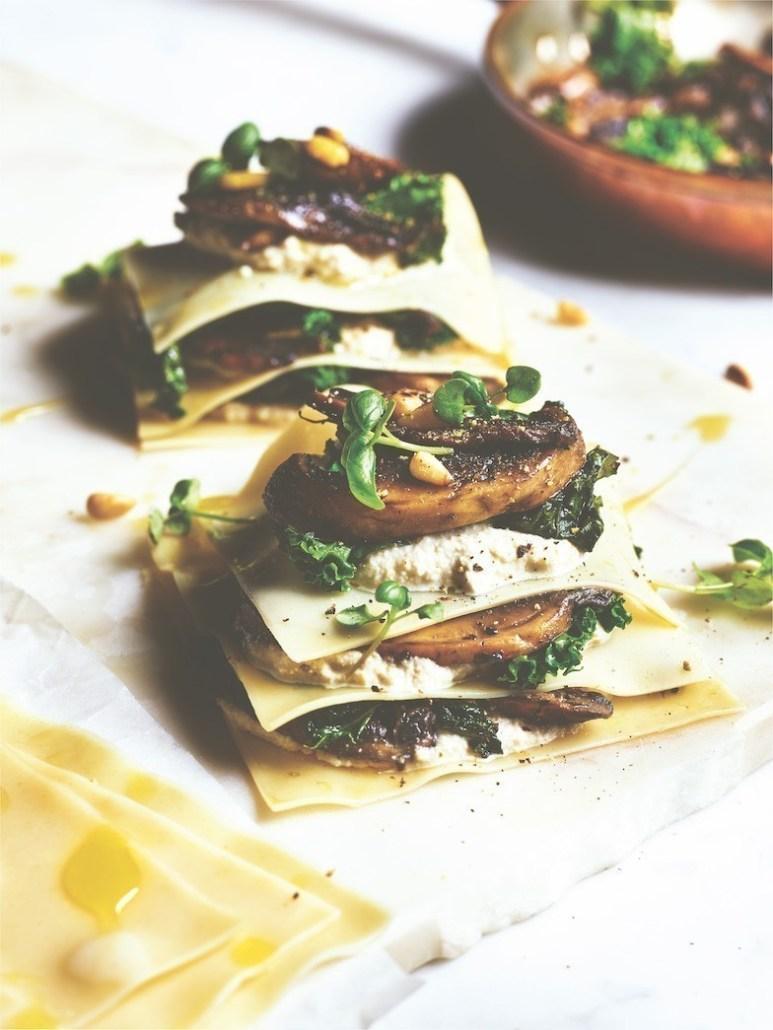 vegan recept open lasagne met gebakken paddenstoelen, cashewricotta, boerenkool en truffelolie