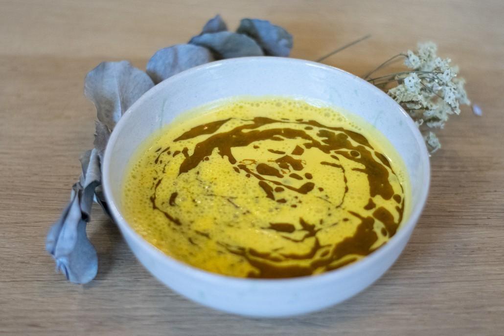 vegan recept wortel-amandelsoep met Thaise kruidenolie