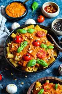 recette végétalienne pâtes complètes à la sauce de citrouille et de carotte crémeuse