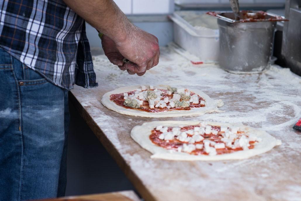 veganistische pizza met kaasvervanger