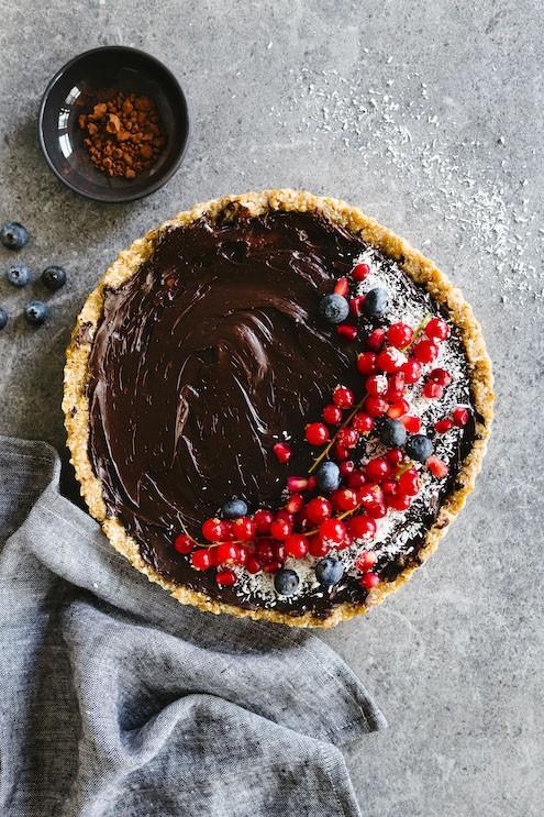 veganistische chocoladetaart met rode vruchten
