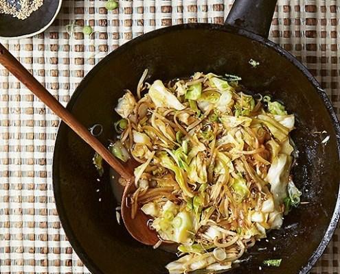 Wok japonais avec chou et germes de soja dans une sauce au gingembre
