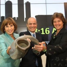 AB InBev CEO Carlos Brito with JSE executives Donna Oosthuyse and Nicky Newton-King