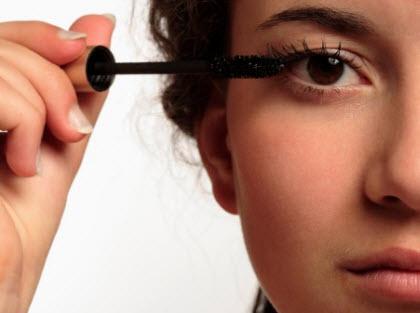 young_woman_applying_mascara_20110113