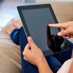 woman_reading_marketing_blog_on_ipad,_betsy_kent,_3ofmyfavoritemarketingblogs_bevisible.co