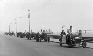 HO-046 - Ford Model T + tractors - Seafront - Agricultural show 1950s