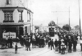 10 special first run approaching Clarence Hotel 15-7-1905