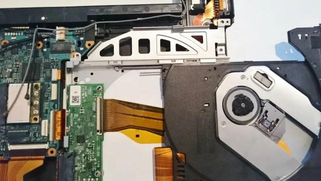 順番に解体していく。DVDはスロットをスライドした裏の部分にビスが一本ある。
