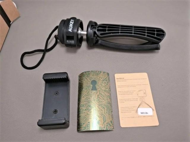 AUKEY ミニ三脚+スマートフォンホルダー CP-T01 内容物
