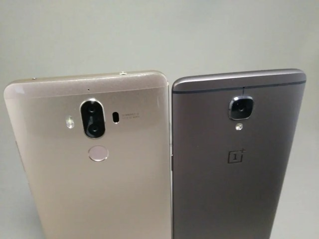 OnePlus 3TとHuawei Mate9を並べて撮影 裏面上