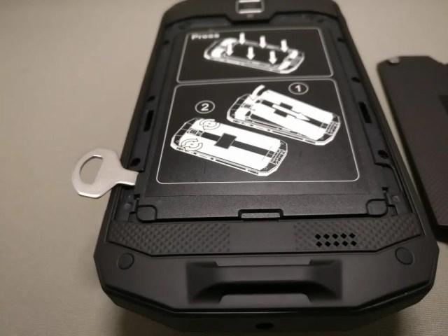 AGM A8 裏フタ開ける マイナス工具2