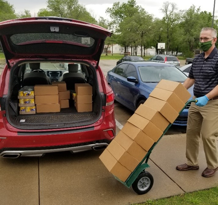 Volunteers hauling food