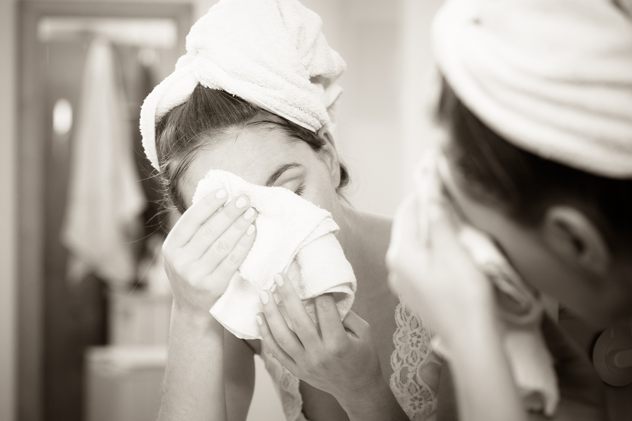 bigstock-Woman-Washing-Face-In-Bathroom-164806238.jpg?fit=900%2C600&ssl=1