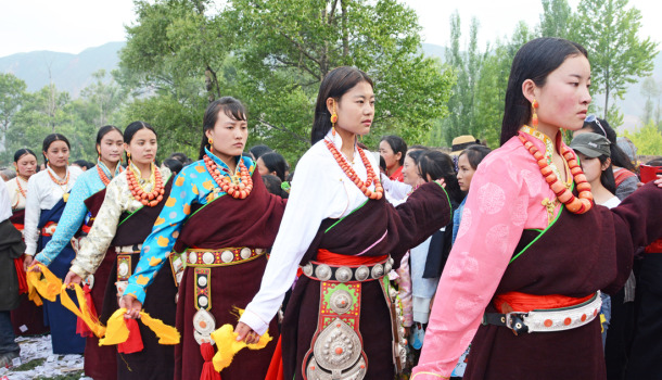 Donned with silver belts and coral necklaces, only unmarried Tibetan girls from the host village/group are privileged to dance in the Lerol festival.