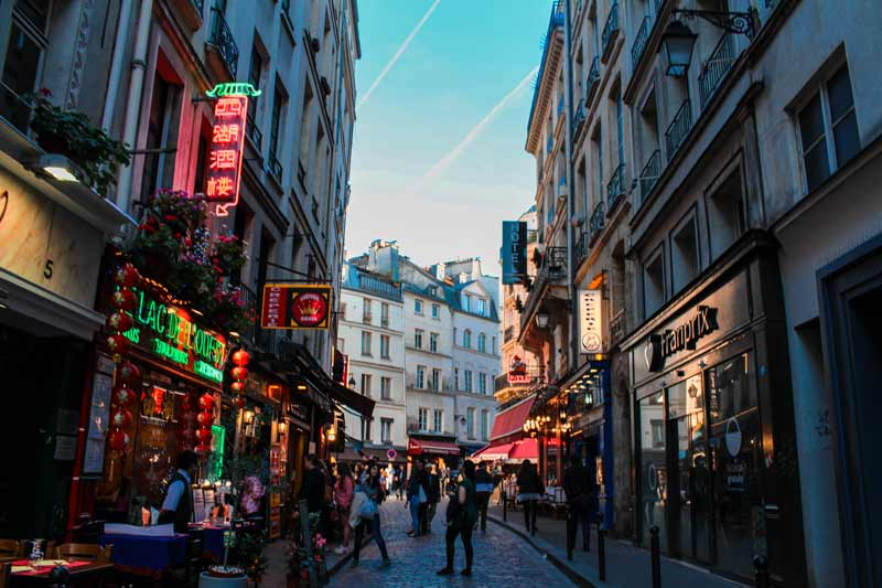 restaurant-and-bars-in-paris-france-during-the-evening