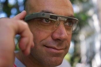 1920px-A_Google_Glass_wearer