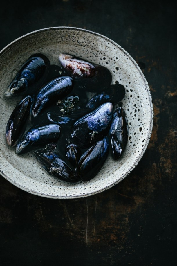 a bowl of uncooked mussels