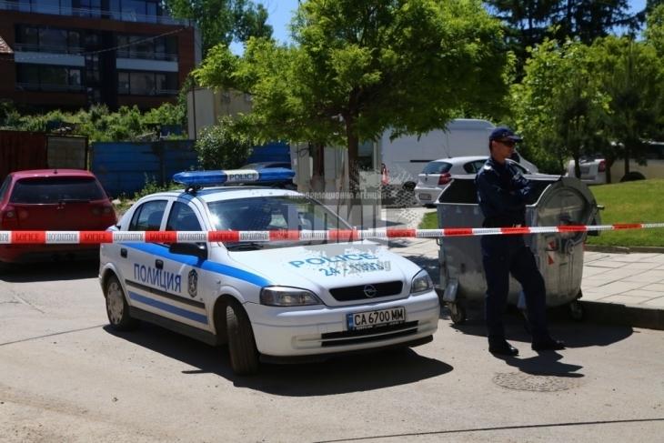 Ромските безчинства нямат край! Стефан опита да наръга с нож в сърцето полицай - униформеният стреля и...