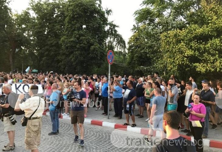 Жандармерията спря щурма на над 10 000 души към ромската махала, напрежението в Асеновград ескалира