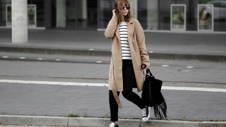 Herbst Outfit mit braunem Mantel, Streifen Pullover und schwarzen Converse Sneaker