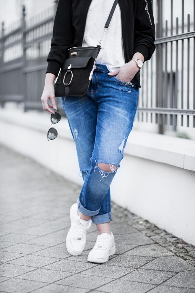 Weißes Shirt kombinieren, sportliches Outfit, Girlfriend Jeans von H&M, schwarze Bomberjacke, Nike Air Force 1, Casual, bezauberndenana.de