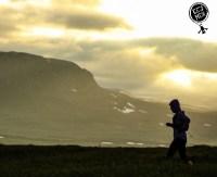 Трейл, trailrunning, бег в горах, бег по пересеченной местности, закат в горах, человек на закате