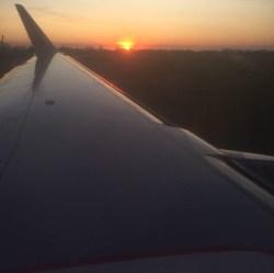 Самолет рассвет фото, крыло самолета на закате. крыло самолета на взлете, крыло самолета на посадке