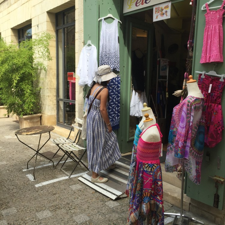 Tourist shopping in Uzes