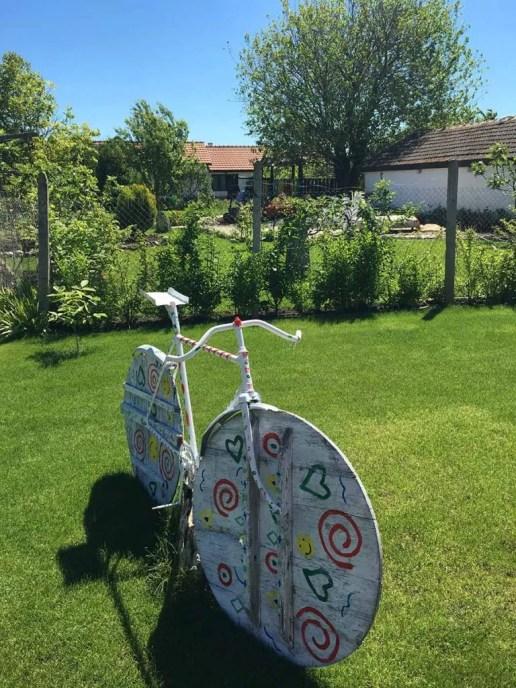 Декоративно-колело-в-къща-за-гости-Левана-Българево