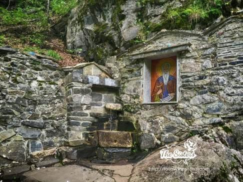 Извора-със-светената-вода-при-пещерата-на-Свети-Иван-Рилски