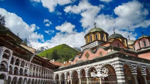 Рилски-манастир-и-Рила-със-сняг