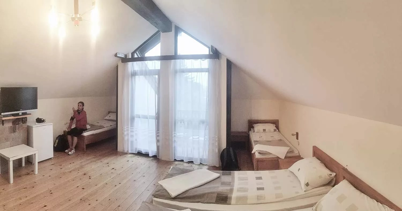 Широките-стаи-на-къщата-за-гости-в-Зелениград
