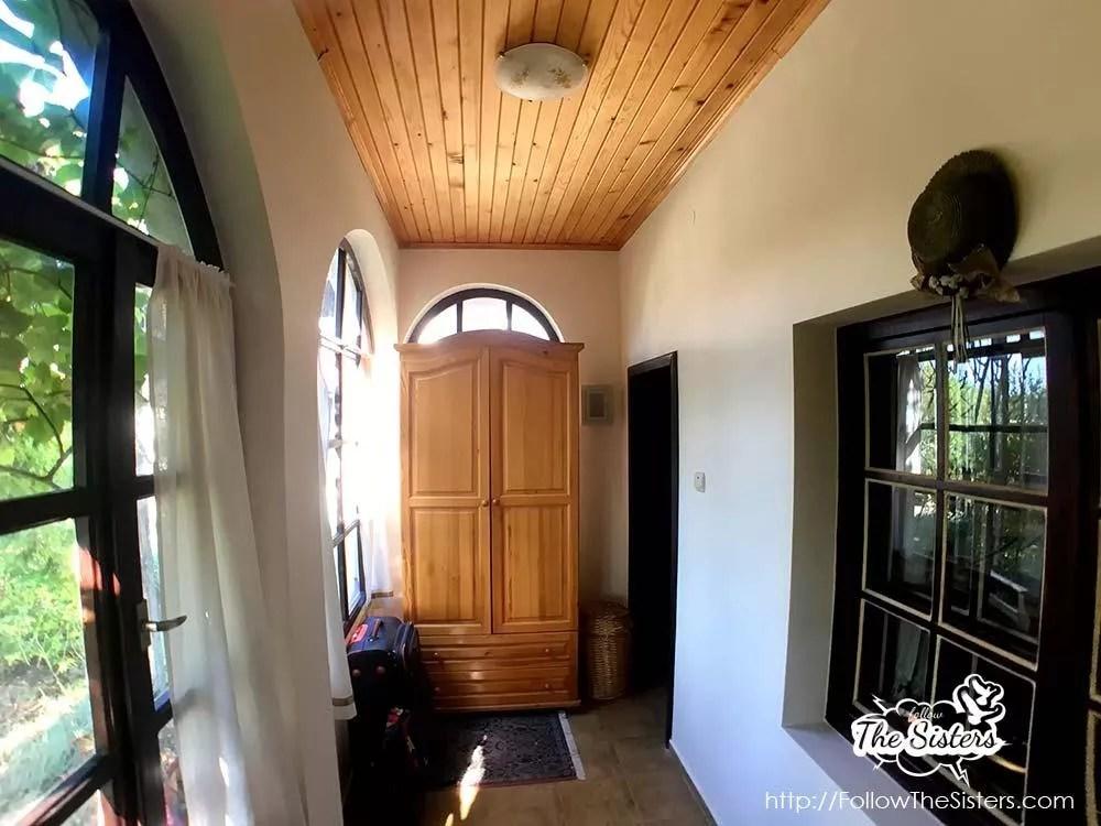 Малката-къща-в-Сливен-гардероб-в-коридора