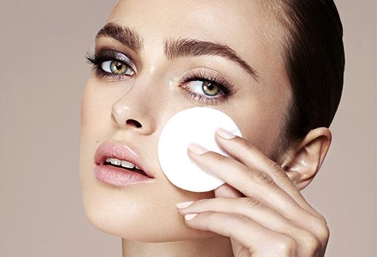 ¿Por qué es importante seguir una rutina diaria de limpieza de rostro?