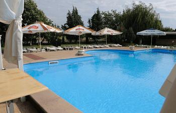 басейна на Комплекс Рачич - единот най-добрите хотели около Пловдив с басейн