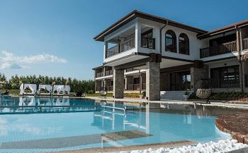 басейна на Комплекс Тракиец близо до Пловдив