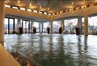 вътрешен басейн с минерална вода на Хотел Белчин Гардън