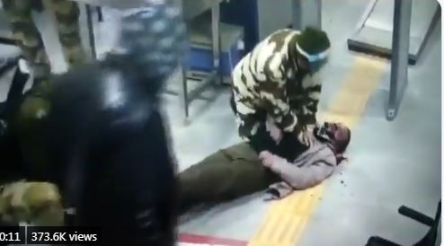 CISF ने बचायी युवक की जान, देखिए स्टेशन पर कैसे मची अफरातफरी
